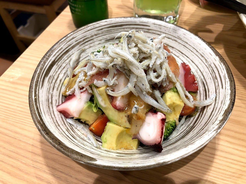 アボカドと魚介の千代鶴サラダ 880円