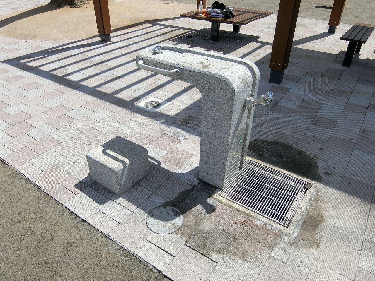ユニバーサルデザインの水飲み場