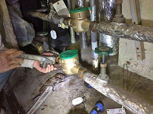 水道メーター脇の配管漏水