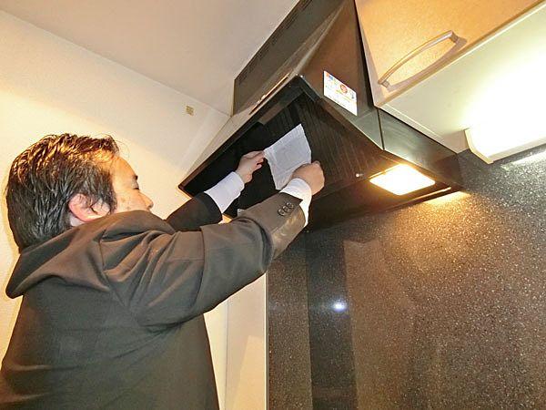 ①キッチン換気扇の吸引力を確認する為、ティッシュを当ててみます。