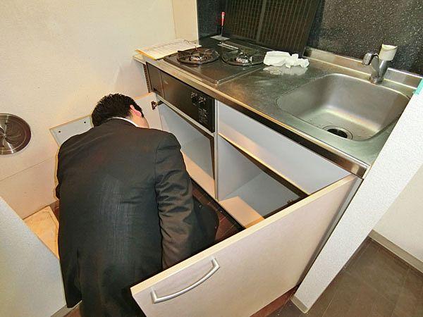 ②キッチン下から排水の臭いがしないか嗅いでみる。