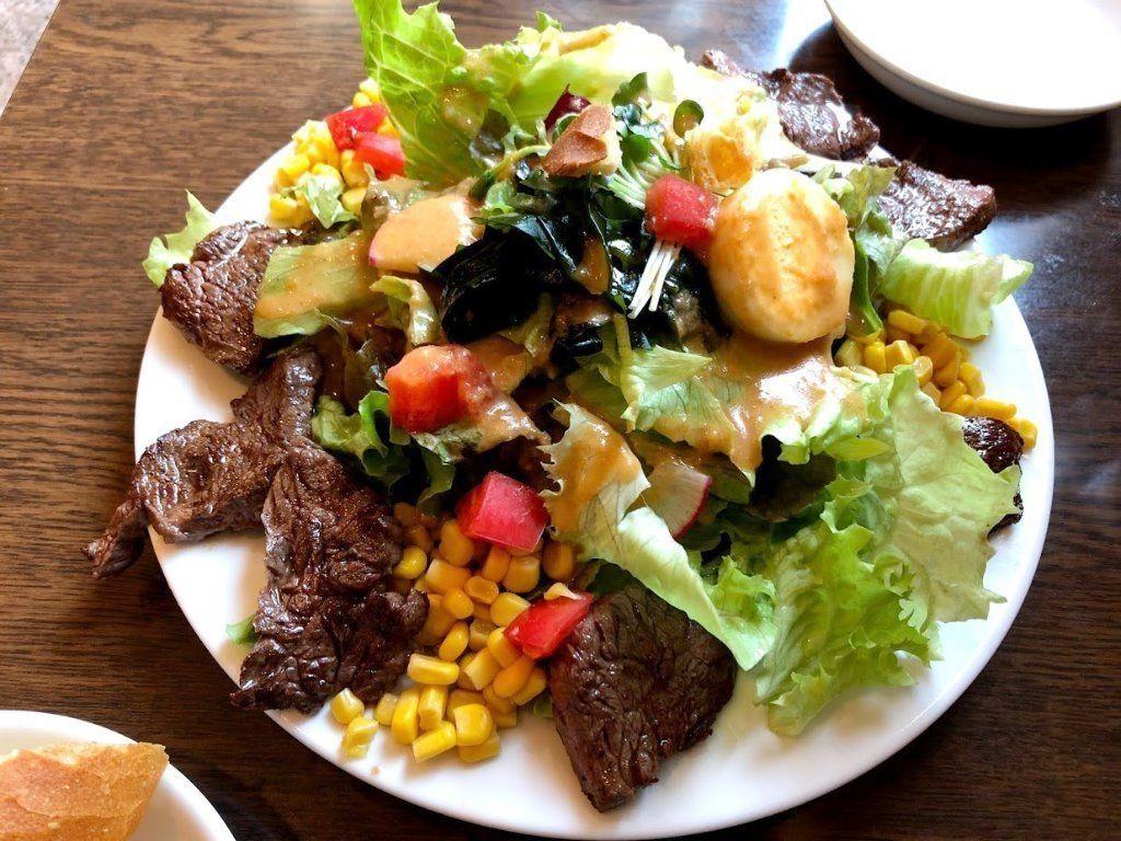 ブラッスリーモリ遊座大山店のハラミステーキ&サラダ