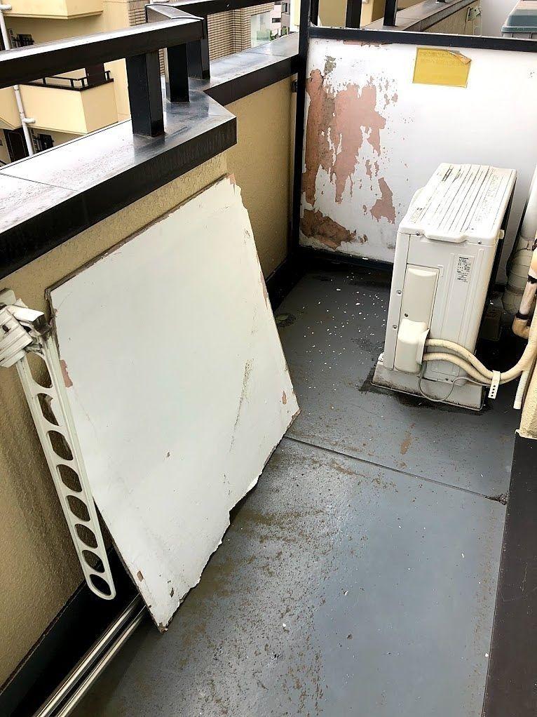 バルコニーの隔て板が破損