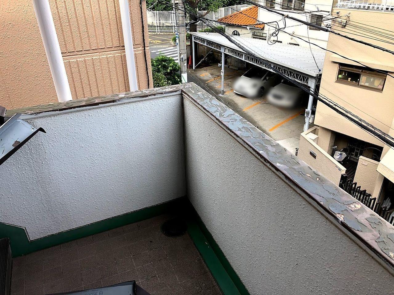 階段踊り場の腰壁カバーが破損
