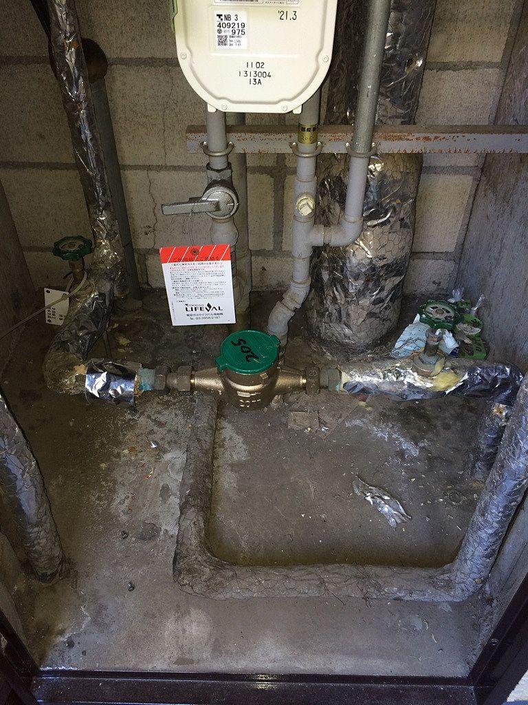 漏水箇所の写真 ※バルブを閉めて数時間経ってからの写真なので床の水は乾いてます。