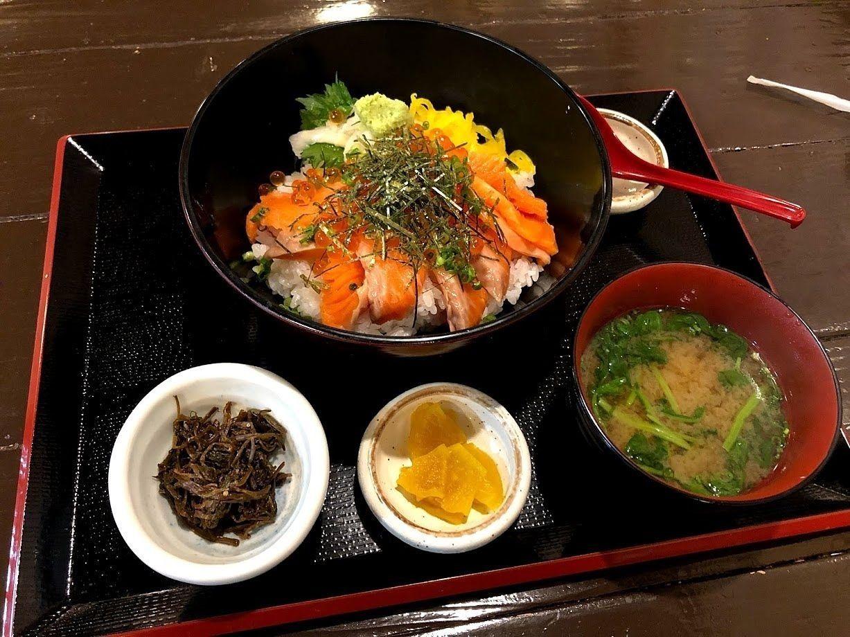 サーモンいくら丼 950円(税別)