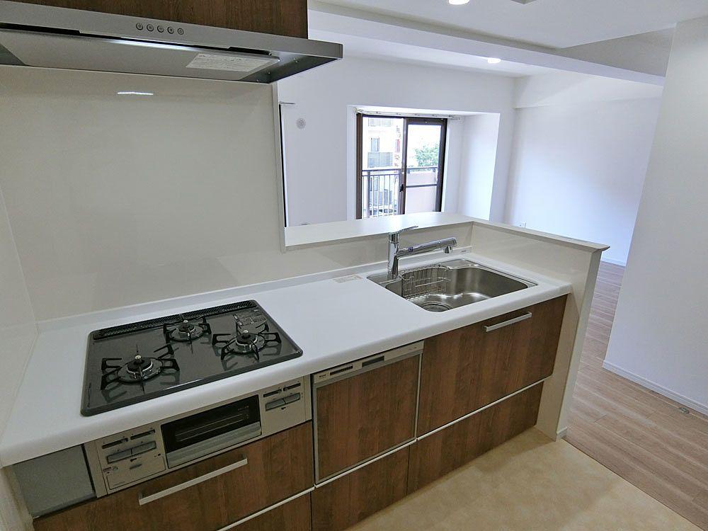 料理中もリビングが見渡せる対面式システムキッチン