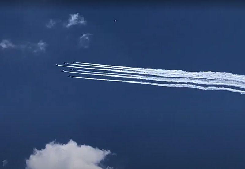 ブルーインパルスが板橋区上空を飛行