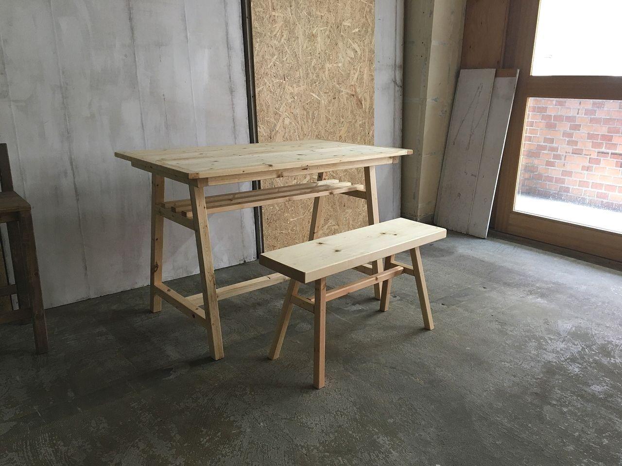 板を並べた小ぶりなダイニングテーブル