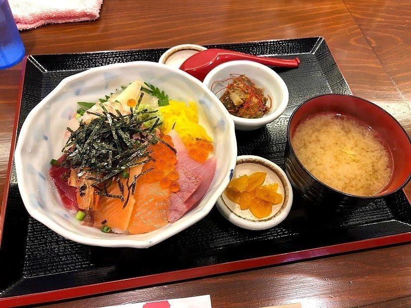 おまかせ海鮮丼 980円(税別)