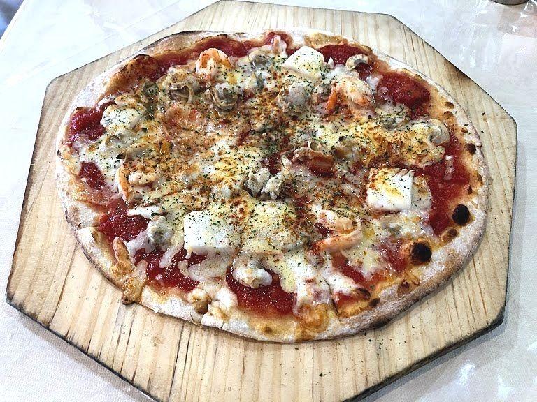 木曜館のシーフードピザ