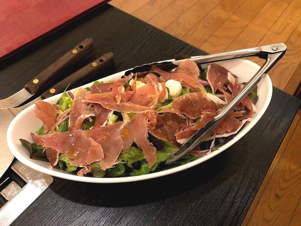 生ハムとモッツァレラと蓮根ファームの野菜サラダ