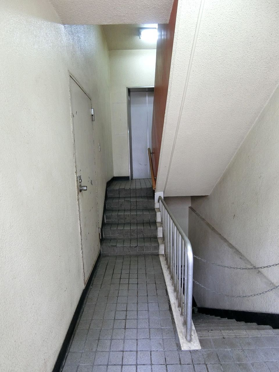 ②階段かエレベーターで3階まで上がります。