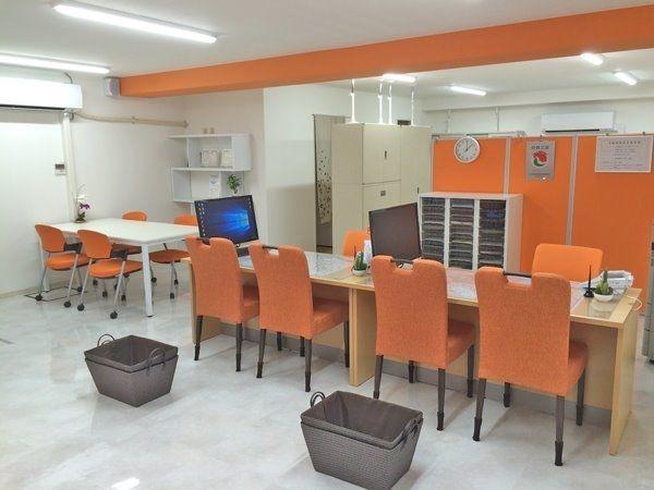 オレンジとホワイトを基調にした広くて清潔な店内です。